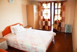 Спальня. Черногория, Тиват : Апартамент с отдельной спальней и шикарным видом на море