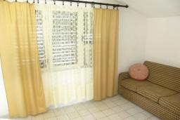 Гостиная. Черногория, Нивице : Апартамент с отдельной спальней, с балконом, с видом на море и на сад