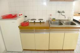 Кухня. Черногория, Нивице : Апартамент с отдельной спальней, с балконом, с видом на море и на сад