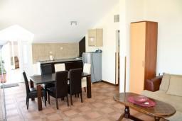 Гостиная. Черногория, Кумбор : Апартамент ALBA c 2-мя спальнями с балконом и видом на море