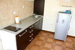 Кухня. Черногория, Кумбор : Апартамент ALBA c 2-мя спальнями с балконом и видом на море