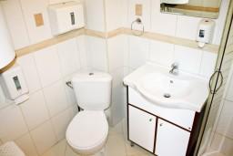 Ванная комната. Черногория, Кумбор : Современный апартамент LUNA в 15 метрах от моря