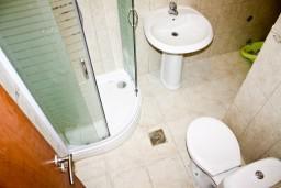 Ванная комната 2. Черногория, Кумбор : Новый двухуровневый апартамент ALBION с 2-мя спальнями и ваннами, огромная терраса с видом на море