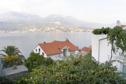 Вид на море. Черногория, Нивице : Апартамент с отдельной спальней, с балконом, с видом на море и на сад