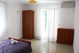 Спальня. Черногория, Баошичи : Этаж дома 180 кв.м. с 5 отдельными спальнями, с частным бассейном, в нескольких минутах ходьбы от пляжа.