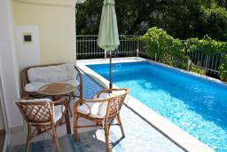 Бассейн. Черногория, Баошичи : Этаж дома 180 кв.м. с 5 отдельными спальнями, с частным бассейном, в нескольких минутах ходьбы от пляжа.