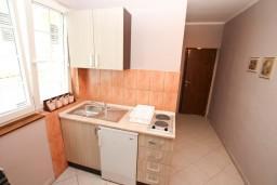 Кухня. Черногория, Герцег-Нови : Студия с балконом и видом на море