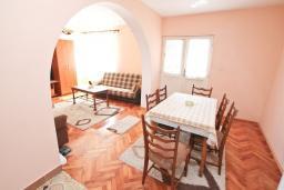 Обеденная зона. Черногория, Герцег-Нови : Апартамент в 100 метрах от пляжа, с большой гостиной, отдельной спальней и балконом с видом на море