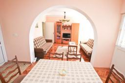 Гостиная. Черногория, Герцег-Нови : Апартамент в 100 метрах от пляжа, с большой гостиной, отдельной спальней и балконом с видом на море