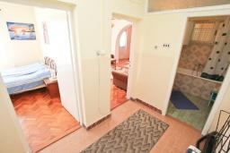 Коридор. Черногория, Герцег-Нови : Апартамент в 100 метрах от пляжа, с большой гостиной, отдельной спальней и балконом с видом на море