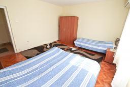 Спальня. Черногория, Герцег-Нови : Апартамент в 100 метрах от пляжа, с большой гостиной, отдельной спальней и балконом с видом на море