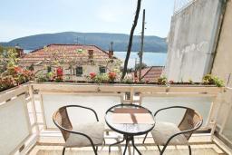 Вид на море. Черногория, Герцег-Нови : Апартамент в 100 метрах от пляжа, с большой гостиной, отдельной спальней и балконом с видом на море