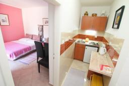 Кухня. Черногория, Герцег-Нови : Апартамент с террасой и видом на сад