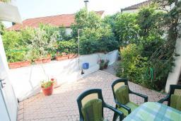 Терраса. Черногория, Герцег-Нови : Апартамент с террасой и видом на сад