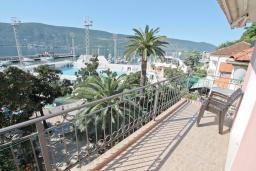 Балкон. Черногория, Герцег-Нови : Апартамент для 6 человек, с тремя спальнями, с балконом и видом на море, 10 метров до пляжа