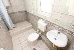 Ванная комната. Черногория, Герцег-Нови : Апартамент для 6 человек, с тремя спальнями, с балконом и видом на море, 10 метров до пляжа