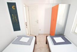 Спальня. Черногория, Герцег-Нови : Апартамент для 6 человек, с тремя спальнями, с балконом и видом на море, 10 метров до пляжа