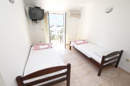 Спальня 2. Черногория, Герцег-Нови : Апартамент для 6 человек, с тремя спальнями, с балконом и видом на море, 10 метров до пляжа