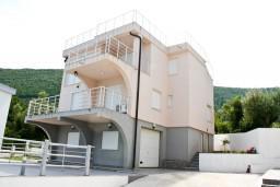 Фасад дома. Черногория, Герцег-Нови : Дом с бассейном с 3-мя отдельными спальнями, с 2-мя кухнями, с шикарным видом на море