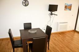 Гостиная. Черногория, Рафаиловичи : Апартамент для 5 человек, 2 отдельных спальни, 50 метров до пляжа