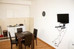 Кухня. Черногория, Рафаиловичи : Апартамент для 5 человек, 2 отдельных спальни, 50 метров до пляжа