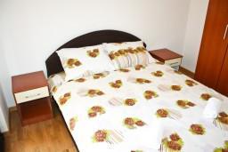 Спальня. Черногория, Рафаиловичи : Апартамент для 5 человек, 2 отдельных спальни, 50 метров до пляжа