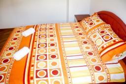 Спальня. Черногория, Рафаиловичи : Апартамент для 5 человек, 2 отдельных спальни, с балконом видом на море, 50 метров до пляжа