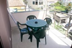 Балкон. Черногория, Рафаиловичи : Апартамент для 5 человек, 2 отдельных спальни, с балконом видом на море, 50 метров до пляжа
