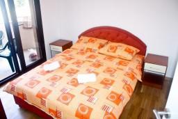 Спальня 2. Черногория, Рафаиловичи : Апартамент для 5 человек, 2 отдельных спальни, с балконом видом на море, 50 метров до пляжа