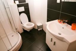 Ванная комната. Черногория, Рафаиловичи : Апартамент для 5 человек, 2 отдельных спальни, с балконом видом на море, 50 метров до пляжа