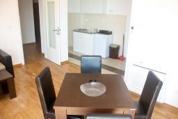 Гостиная. Черногория, Рафаиловичи : Апартамент для 5 человек, 2 отдельных спальни, с балконом видом на море, 50 метров до пляжа