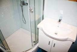 Ванная комната 2. Черногория, Рафаиловичи : Апартамент для 5 человек, 2 отдельных спальни, с балконом видом на море, 50 метров до пляжа