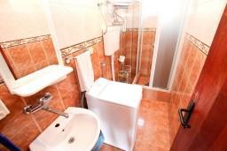 Ванная комната. Черногория, Петровац : Апартамент с отдельной спальней, с видом на море