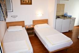 Студия (гостиная+кухня). Черногория, Герцег-Нови : Студия с террасой в 180 метрах от моря
