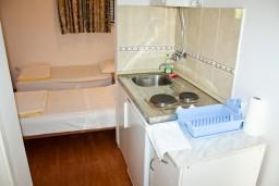 Кухня. Черногория, Герцег-Нови : Студия с террасой в 180 метрах от моря