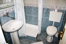 Ванная комната. Черногория, Герцег-Нови : Студия с террасой в 180 метрах от моря