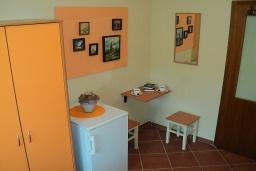Спальня. Черногория, Игало : Комната для 3 человек, 30 метров до моря, с большой террасой, с летней кухней