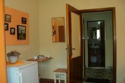 Коридор. Черногория, Игало : Комната для 3 человек, 30 метров до моря, с большой террасой, с летней кухней