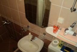Ванная комната. Черногория, Игало : Комната для 3 человек, 30 метров до моря, с большой террасой, с летней кухней