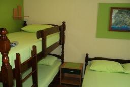 Спальня. Черногория, Игало : Комната для 4 человек, 30 метров до моря