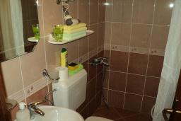 Ванная комната. Черногория, Игало : Комната для 4 человек, 30 метров до моря