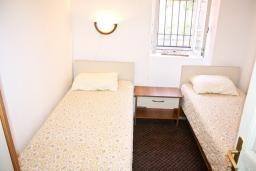 Спальня 3. Черногория, Жанице / Мириште : Каменный домик в национальном Черногорском стиле со своим приватным двориком, летней кухней, с 4-мя спальнями, 2 ванными комнатами, до чистейшего галечного пляжа Жанице 100 метров.