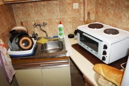 Кухня. Черногория, Нивице : Студия в Нивице с террасой, с видом на море и на сад