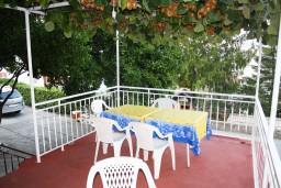 Терраса. Черногория, Нивице : Студия в Нивице с террасой, с видом на море и на сад