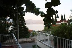 Вид на море. Черногория, Нивице : Студия в Нивице с террасой, с видом на море и на сад