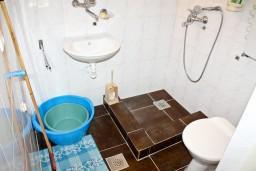 Ванная комната. Черногория, Жанице / Мириште : Апартамент для 4 человек, 2 отдельных спальни, 50 метров до моря
