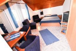 Студия (гостиная+кухня). Черногория, Крашичи : Студия с балконом видом на залив, на берег моря