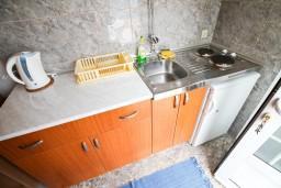 Кухня. Черногория, Крашичи : Студия с балконом видом на залив, на берег моря