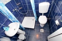 Ванная комната. Черногория, Крашичи : Студия с балконом видом на залив, на берег моря