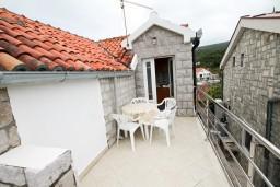 Балкон. Черногория, Крашичи : Студия с балконом видом на залив, на берег моря